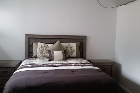 Quiet Comfy Private Master Bedroom & Bath - Hayward - House
