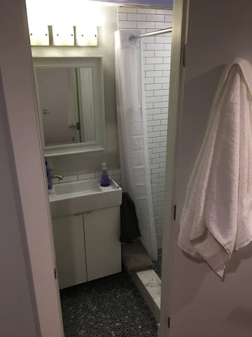 Treehouse guests have access to a brand new, totally private full bathroom with private entry to the  host's house. The bathroom is located in our basement and you'll have access to the basement from the exterior of the house. You can the world's longest shower without feeling self-conscious!