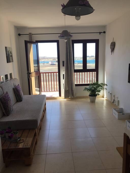 Salón con balcón e impresionantes vistas al mar