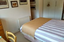 Quiet room & private bathroom in village nr. Stone