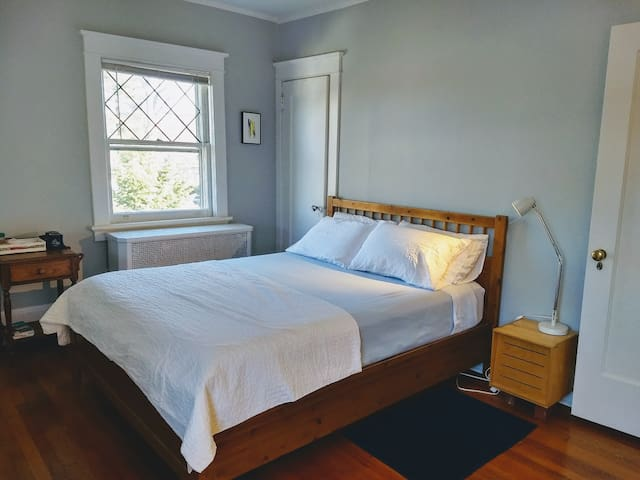 Charming Rooms+pvt bath, 2 min walk to NYC train