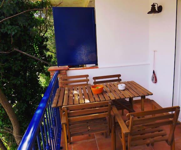 Mesa y sillones de la terraza exterior