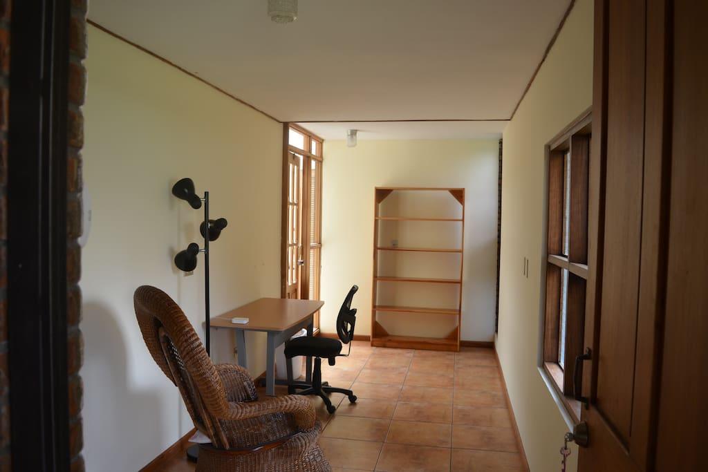 Sala (Vista desde la puerta de entrada)