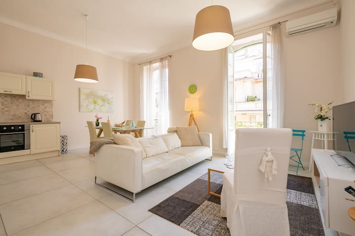 Great 2-bedroom in center of Nice with balcony