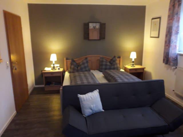 Gästehaus Frankenwaldhof (Bad Steben), Liebevolles Doppelzimmer mit Naturholzmöbeln