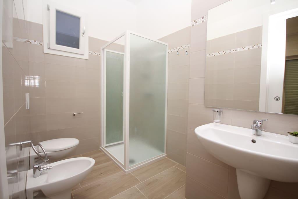 bagno privato con doccia e phon