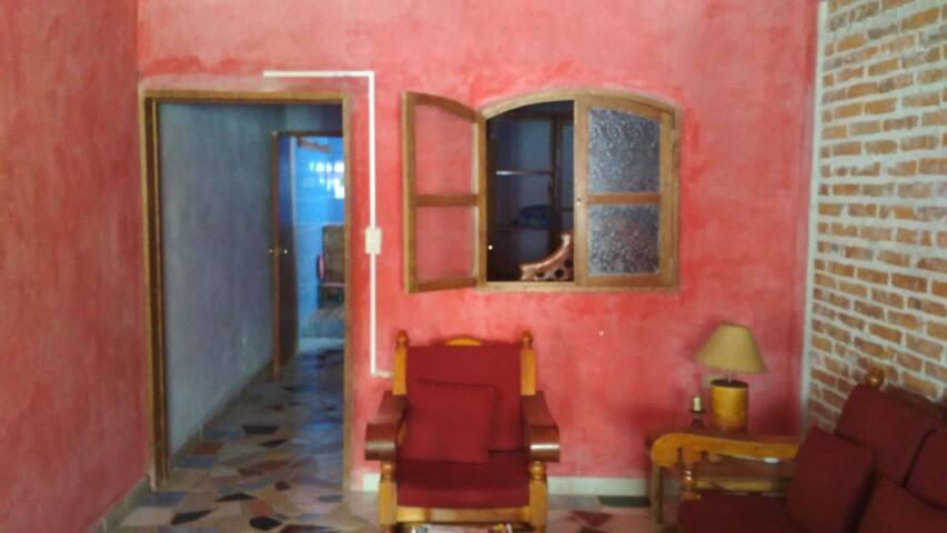 Sala y habitación con espacio muy buen espacio, privacidad.