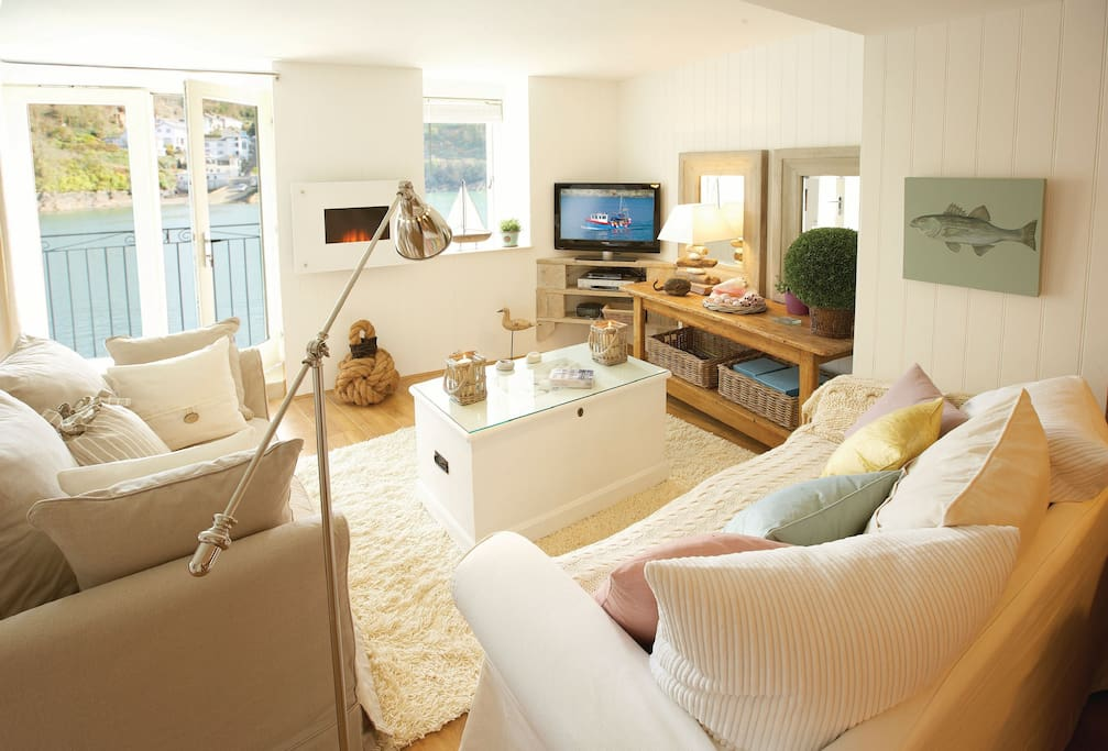 Barnacles is a snug and romantic self catering holiday retreat for two guests in Fowey