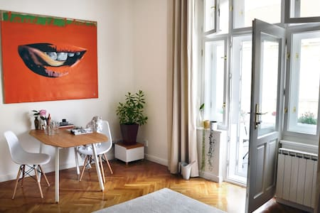 Bright Apt with balcony near center & great parks - Praga