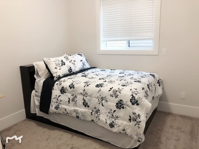 Guest bedroom-full size bed