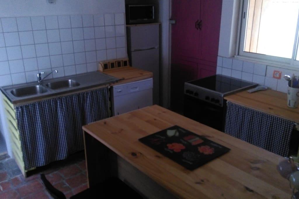 Cuisine tout équipée - lave vaisselle -réfrigérateur -four
