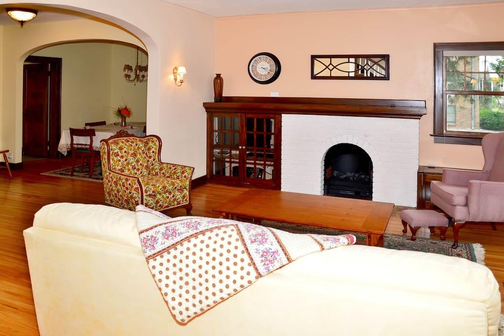 Livingroom w/electric fireplace