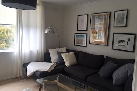 Sunny bedroom in newly renovated apartment - Армадейл