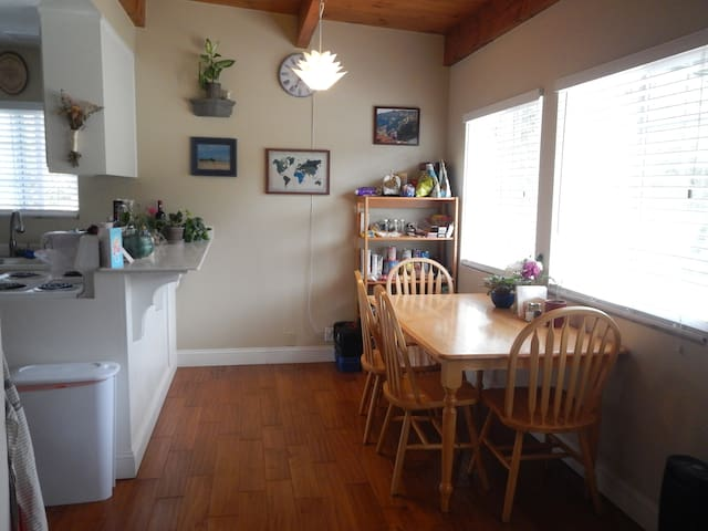 Quiet guesthouse in a lovely place! Close to beach - Goleta - Chambre d'hôtes