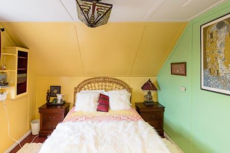 Victorian Boho Room near the Ocean---FUN! - Los Angeles
