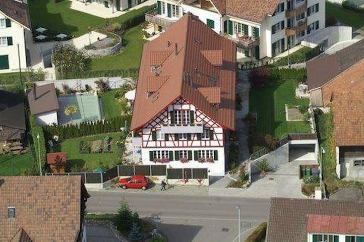 Stilvoll und unkompliziert - Privatzimmer - Neerach - Huis