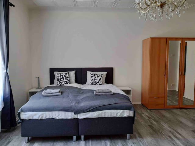 Newly renovated room - 10 mins to the center