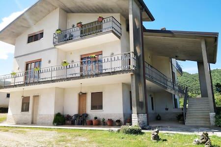 appartamento con terrazzo in villa con  giardino
