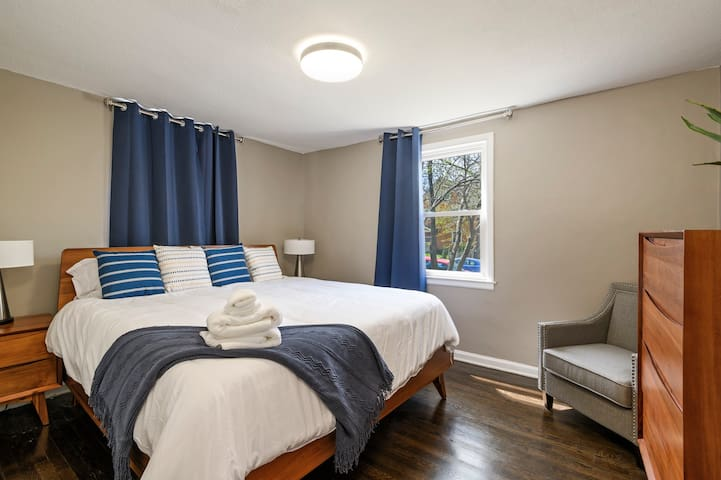 Two King Bedrooms Near the Universities!