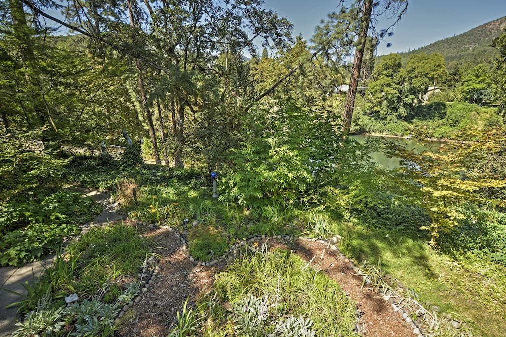 120 feet of easily accessible Rogue River waterfront access!