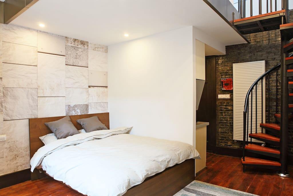 宽敞的卧室。1.5*2双人床。一客一换被套。