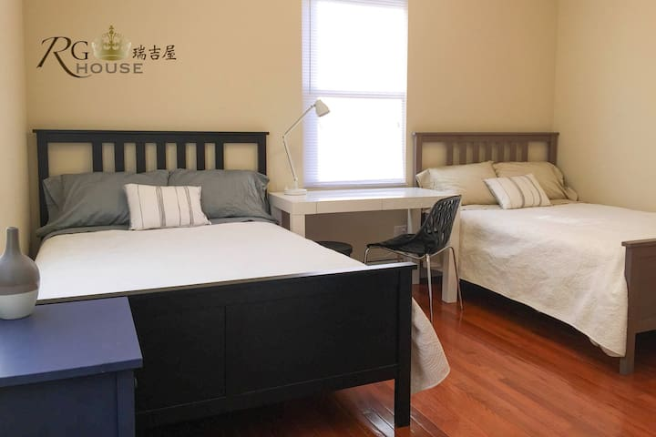 Master Suite: Two Double Beds & Private Bathroom - Queens - Bed & Breakfast