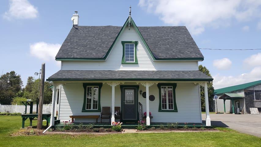 Robins Nest Century Farmhouse in Rural Ottawa