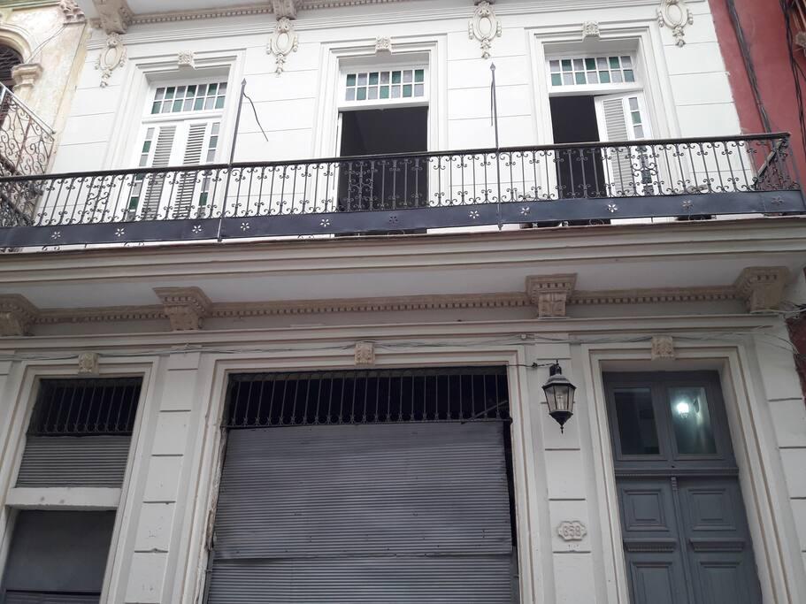 Frente de la casa con balcón común de 12 metros de largo