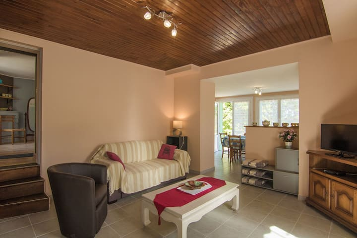 Cosy holiday home with all modern comforts, set on a hill with nice views