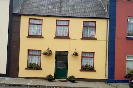 Private room in cozy house in central location - Ballindine - Talo