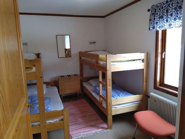 Slaapkamer met twee stapelbeden. Eén onderbed is 120 cm breed