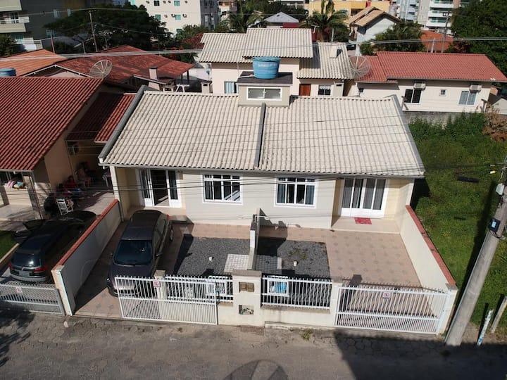 Casa na bela praia de Bombas.