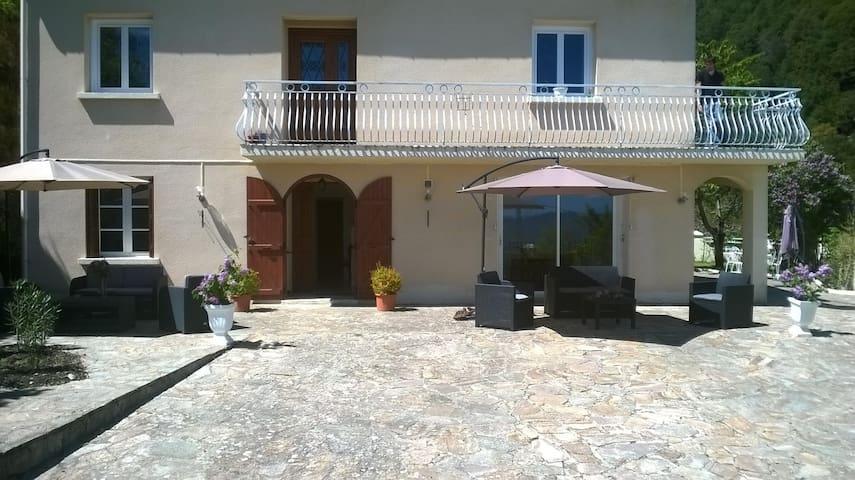 La villa EMMONY,le calme  dans un écrin de verdure