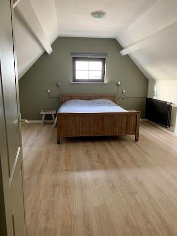Slaapkamer 1ste verdieping met 2-persoons elektrisch bed voor ieder afzonderlijk te bedienen. (Twee 1-persoons matrassen)
