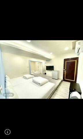 台中逢甲夜市 🌟超人氣推薦🌟 地中海電梯12人房  一單位房源兩間房間兩衛浴。 機能好下樓就是夜市~