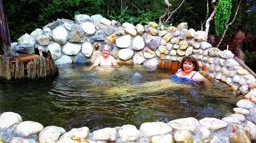 Huéspedes disfrutando de un baño caliente en el jacuzzi de cuarzo.