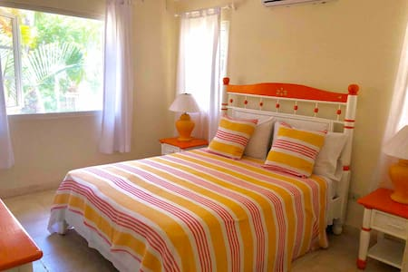 35 STEPS FROM PRIVATE BEACH FULL APARTMENT 1 BEDR.