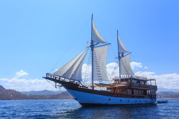 Phinisi 902 Komodo Cruise Amazing 4 Cabins