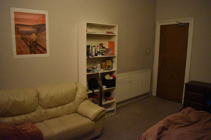 Large Double Bedroom in Cosy Westend Flat