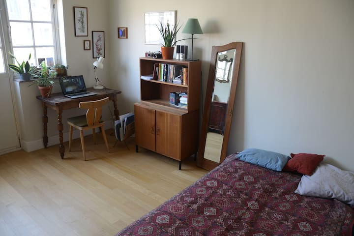 big and bright room with a balcony - Uccle - Ev