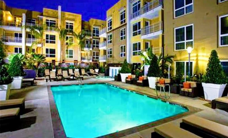 Woodland Hills - 2BR  Condo+2 Free Parking+Pool