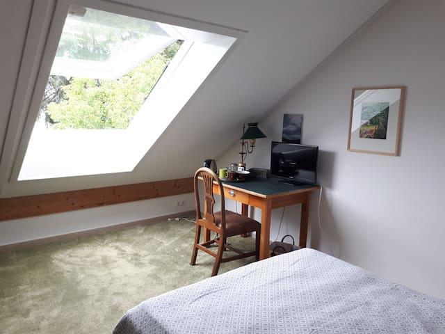 Dachgeschosszimmer mit eigenem Bad