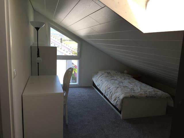 Chambre dans maison 5' de la gare - Chavornay - บ้าน