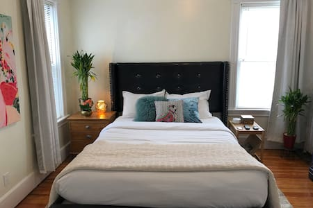 Private room in vibrant home 2 miles from downtwn