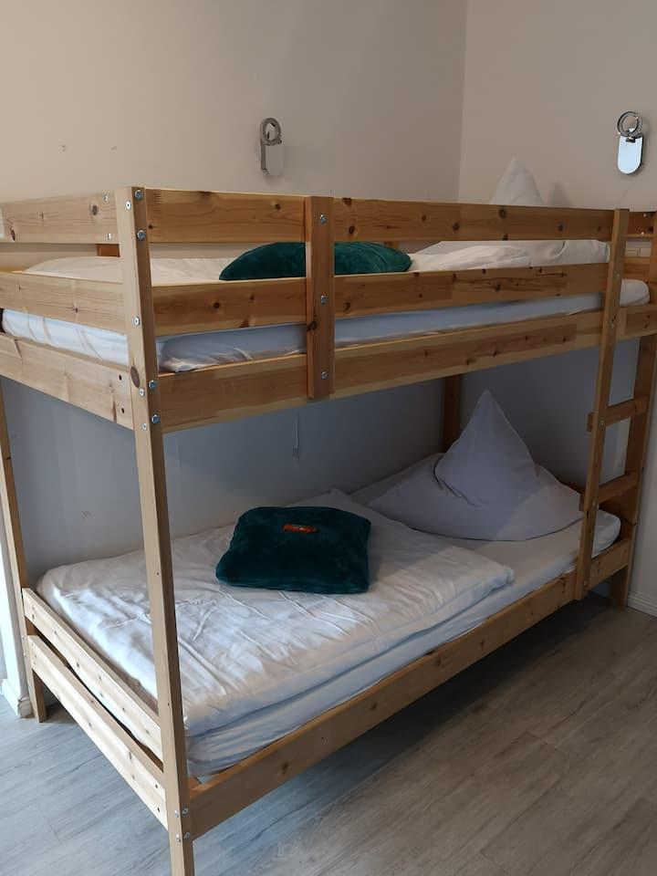 Hotel Clemens (Winterberg/Altastenberg) -, Familienzimmer mit Doppelbett und Etagenbett