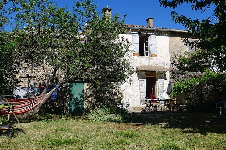 Maison av jardin, proche rivière - Saint-Gervais-sur-Mare - Rumah