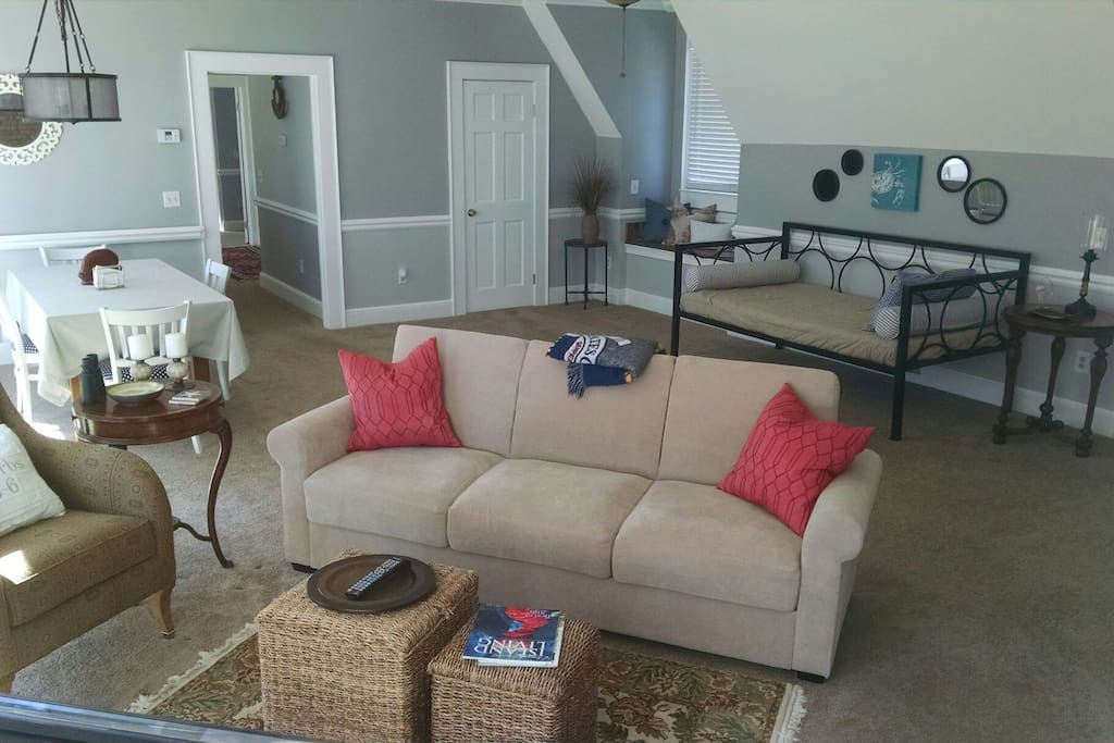 Living room with dining area, daybed and sofabed