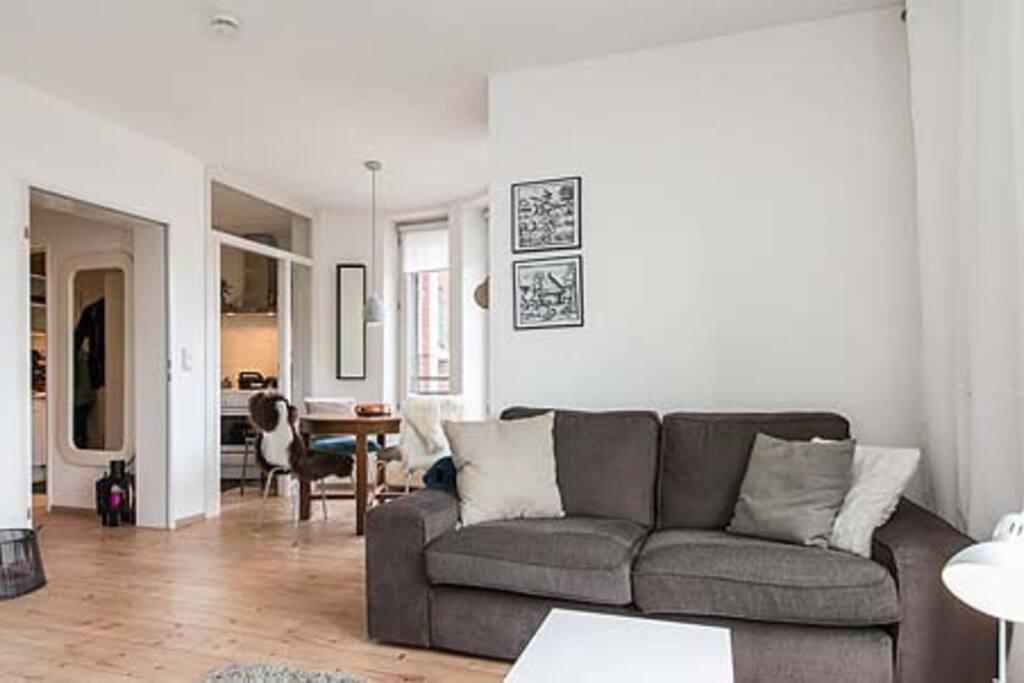 Wohnzimmer mit Couch und Einzelbett