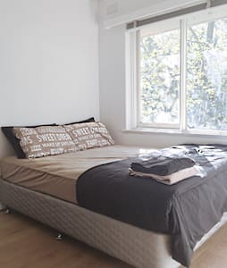 Small Clean Room near Chapel st - Appartement