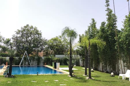 Superbe villa de charme avec grand jardin  piscine